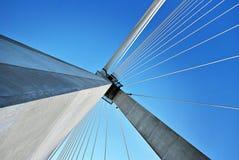 Современная опора моста против голубого неба Стоковые Изображения