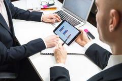 Современная официальная деловая встреча, точка зрения бизнесмена Стоковое фото RF