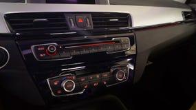 Современная панель автомобиля мультимедиа с различными индикаторами стоковые фотографии rf