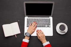 Современная персона работая на компьтер-книжке Стоковое Фото