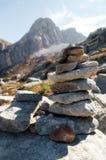 Современная пирамида из камней используемая для того чтобы отметить путь горы Стоковое фото RF