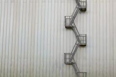 Современная пожарная лестница экстерьера промышленного здания Стоковое фото RF