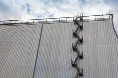 Современная пожарная лестница экстерьера промышленного здания Стоковое Изображение RF