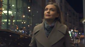 Современная привлекательная дама идя на городскую улицу, наслаждаясь выравнивающ прогулку самостоятельно сток-видео