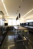 современная просторная квартира кухни стоковая фотография rf