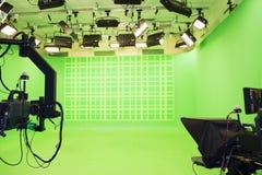 Современная пустая зеленая студия фото с современным киносъемочным аппаратом стиля стоковые изображения