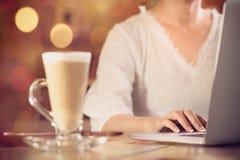 Современная работа женщины онлайн в винтажной кофейне стоковая фотография rf