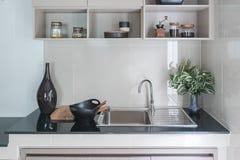 Современная раковина на черном счетчике кухни стоковые изображения rf