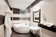 Современная роскошная ванная комната с ванной и окном Дизайн интерьера Стоковая Фотография RF