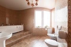 Современная роскошная ванная комната с ванной и окном Дизайн интерьера Стоковое Изображение