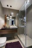Современная роскошная ванная комната с ливнем стоковое фото rf