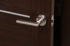 Современная ручка двери металла в живущей комнате Стоковое фото RF