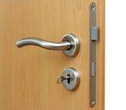 Современная ручка двери стиля на естественной деревянной двери Стоковое Фото