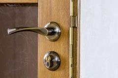 Современная, современная ручка металла сатинировки и ключевой замок на древесине Стоковое Изображение