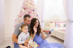 Современная семья разговаривает с родственниками на Skype в просторной спальне стоковые изображения
