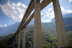 Современная скоростная дорога в швейцарце Альпах Стоковые Изображения