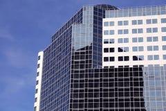 Современная солнечность неба фасада офисного здания Стоковое Изображение RF