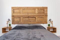 Современная спальня с подушками и кровать для туристов прифронтово стоковая фотография rf