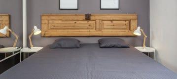 Современная спальня с подушками и кровать для туристов прифронтово стоковые изображения rf