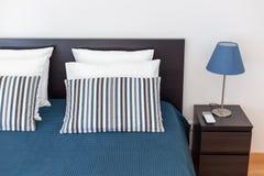 Современная спальня с подушками и кровать для туристов прифронтово стоковое фото rf