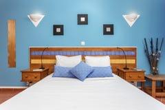 Современная спальня с подушками и кровать для туристов прифронтово стоковая фотография