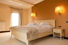 Современная спальня гостиницы Стоковые Фотографии RF