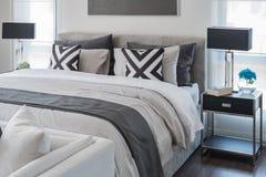 Современная спальня с белой кроватью и черной лампой Стоковые Фотографии RF