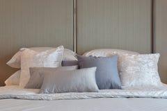 Современная спальня с серым цветом и striped подушки на кровати Стоковое Изображение