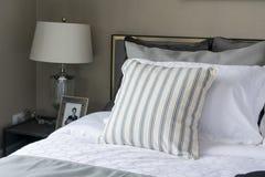 Современная спальня с striped подушкой Стоковые Изображения