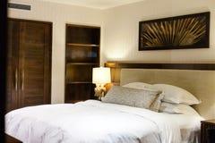 Современная спальня хозяев стоковая фотография