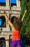 Современная спортсменка около Colosseum в ликование Риме, Италии стоковая фотография rf
