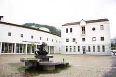 Современная статуя здания и искусства для посещения путешественников людей на Tiroler Oberland стоковое фото rf