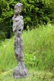 Современная статуя сада бетона на зеленом луге, диаграммы девушки Стоковое фото RF