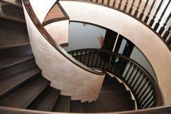 Современная стильная винтовая лестница в шикарном доме Первоначально работа ` s автора стоковая фотография