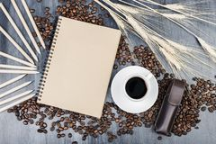 Современная столешница с блокнотом и кофе Стоковые Изображения