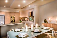 Современная столовая и кухня стоковые изображения rf