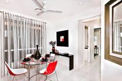 Современная столовая украшенная с много причудливых деталей в luxuri Стоковые Изображения