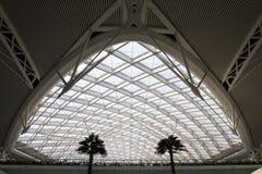 Современная структура здания станции быстроходного поезда стоковая фотография rf