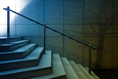 Современная съемка ночи лестниц Стоковое фото RF
