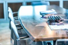 Современная таблица офиса со стульями и бумагой стоковые фотографии rf