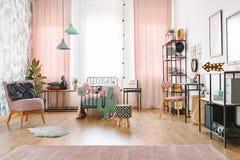 Современная тахта в стильной спальне стоковые изображения rf
