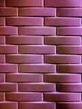Современная текстура кирпичной стены в мадженте для пользы предпосылки Стоковое фото RF