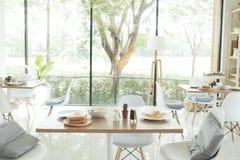 Современная теплая предпосылка кафа, рестораны Подготавливайте для монтажа продукта, bokeh стоковая фотография rf