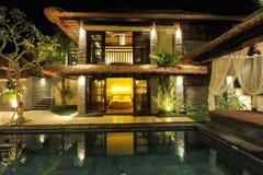 Современная тропическая вилла с бассейном Стоковое фото RF