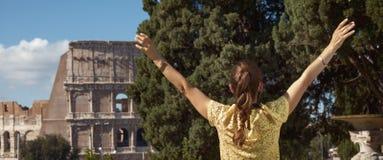 Современная туристская женщина в желтой блузке в ликование Риме, Италии стоковые фотографии rf