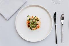 Современная французская кухня: Взгляд сверху салата кабеля омара включая омара, спаржу и зажаренные в духовке семена подсолнуха с Стоковые Фотографии RF