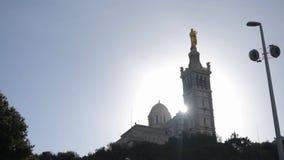 Современная христианская церковь против голубого неба с облаками и солнцем излучает шток Церковь с крестом на голубом небе старо сток-видео