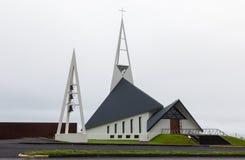 Современная церковь Olafsvikurkirkja (Olafsvik Kirkja) около держателя Enni Стоковые Изображения