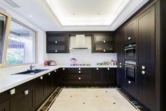 Современная черная кухня стоковые изображения rf