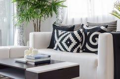 Современная черно-белая живущая комната Стоковые Фотографии RF